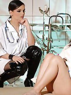 Опытная лесбиянка соблазнила девушку (15 фото) - порно фото