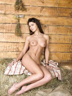 Голая девушка на сеновале (20 фото) - порно фото