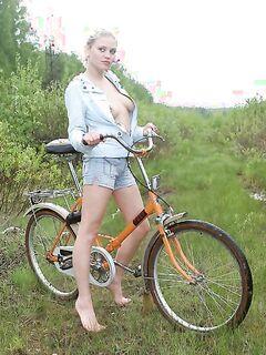 Голая на велосипеде (15 фото) - порно фото