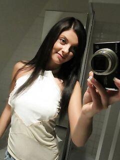 Девушка раздевается перед зеркалом и делает селфи (20 фото) - порно фото