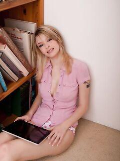 Молоденькая девушка разделась до гола (15 фото) - порно фото
